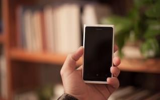 Smartphone mano que sostiene Nokia Lumia
