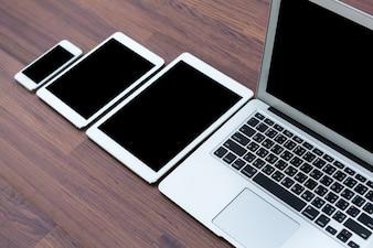 Smartphone, tablets y portátil en una mesa de madera