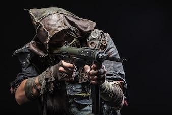 Sobreviviente con armas caseras