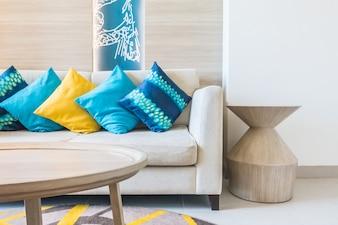 Sofá con cojines azules