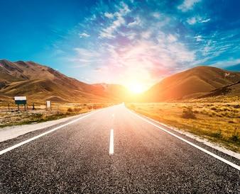 Sol en el horizonte de la carretera