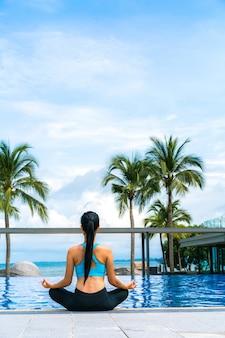 Solar de piscinas al aire libre del paisaje de verano