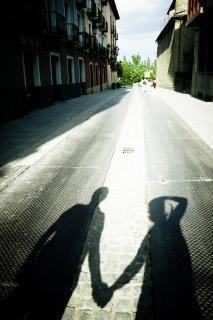 sombra de un par de manos de cartera