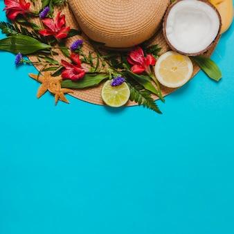 Sombrero con flores y coco con cítricos