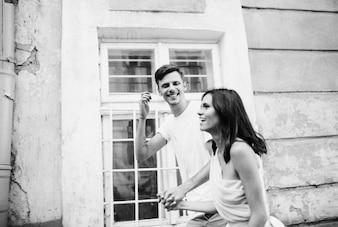 Sonreír recién casados ramo de novia vestido