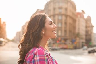 Sonriente chica atractiva mirando alrededor