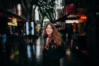 Sonriente mujer disfrutando barrio chinatown en Sydney, Australia