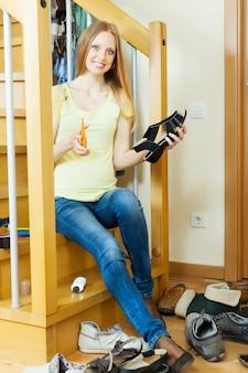 Sonriente, pelo largo, mujer, zapatos