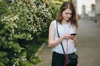 Sonrisa adolescente calle smartphone de verano