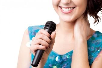 Sonrisa de mujer y un micrófono