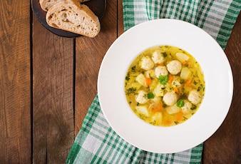 Sopa dietética con albóndigas de pollo y tallos de apio