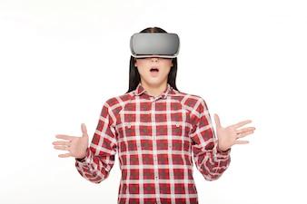Sorprendido mujer emocional en VR gesticulando por las manos.