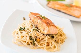 Spaghetti picante salteado con salmón