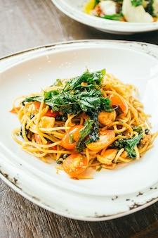 Spaghetti y pasta picantes con salmón
