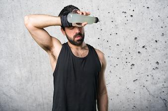 Sportman haciendo levantamiento de pesas agua potable soda