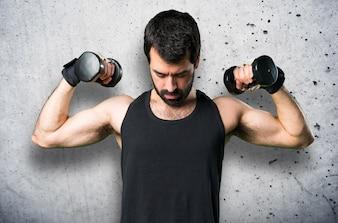 Sportman haciendo levantamiento de pesas