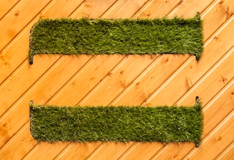 Suelo de madera con dos tapetes de hierba