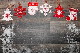 Suelo de madera con nieve y decoración navideña