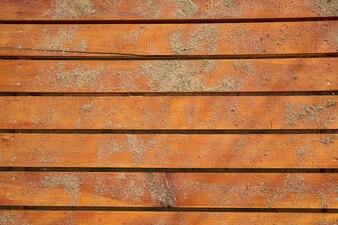 Suelo de madera naranja con arena