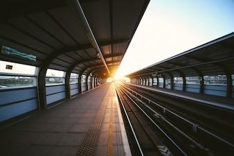 La luz del sol en el extremo de la plataforma