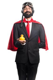 Super héroe hombre de negocios la celebración de un juguete
