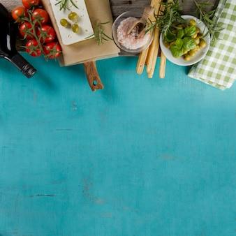 Superficie azul con espacio en blanco y productos decorativos