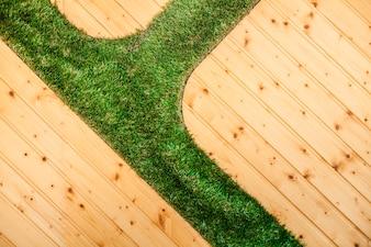 Superficie con tablones y hierba