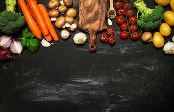 Superficie negra con verduras