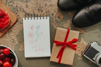 Superficie vintage con regalo y dibujo para el día del padre