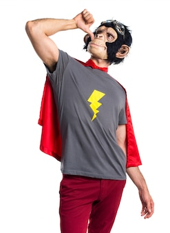 Superhéroe hombre mono haciendo gesto borracho