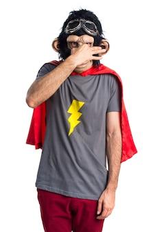 Superhéroe hombre mono haciendo mal olor gesto