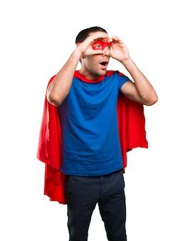 Superhéroe sorprendido con gesto de observación