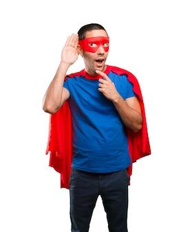 Superhéroe tratando de escuchar una conversación