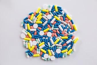 Surtido de medicamentos farmacéuticos píldoras y cápsulas sobre la mesa.