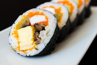 Sushi puesto en fila en un plato