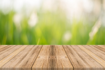 Tabla de madera con fondo de naturaleza desenfocada