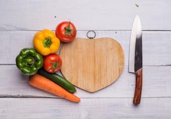 Tabla de picar con forma de corazón con comida