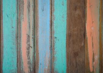 Tablas de madera de colores pero con la pintura estropeada