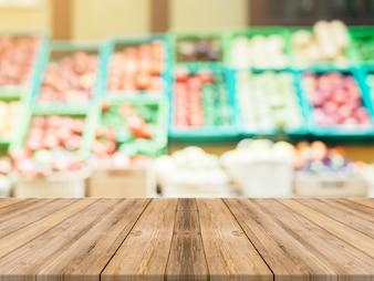 Tablones con verduras borrosas de fondo