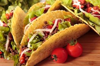 Tacos mejicanos de carne en mesa de madera