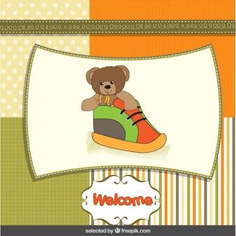 Tarjeta de bienvenida del bebé con el oso de peluche dentro de un zapato
