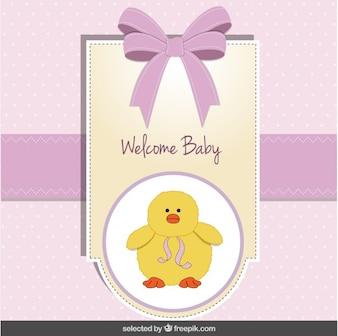 Tarjeta de la bienvenida del bebé con el polluelo lindo