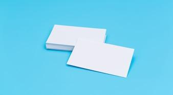 Tarjeta de visita en blanco sobre fondo azul.