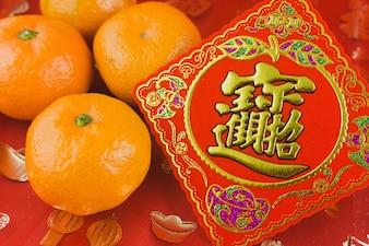 Tarjeta roja con una mandarina para celebrar el año chino nuevo