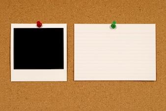 Tarjetafoto instantánea y nota sobre un corcho
