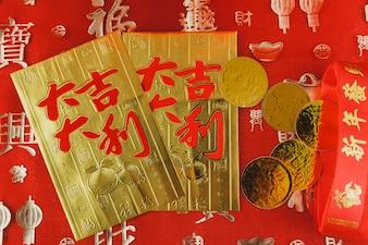 Tarjetas doradas con unas monedas encima