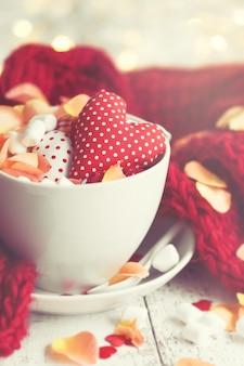 Taza de café con corazones dentro