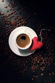 Taza de café con un corazón en el plato