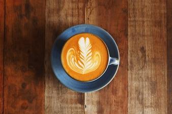Taza de café con una cuchara de madera