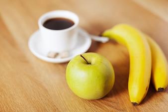 Taza de café y frutas